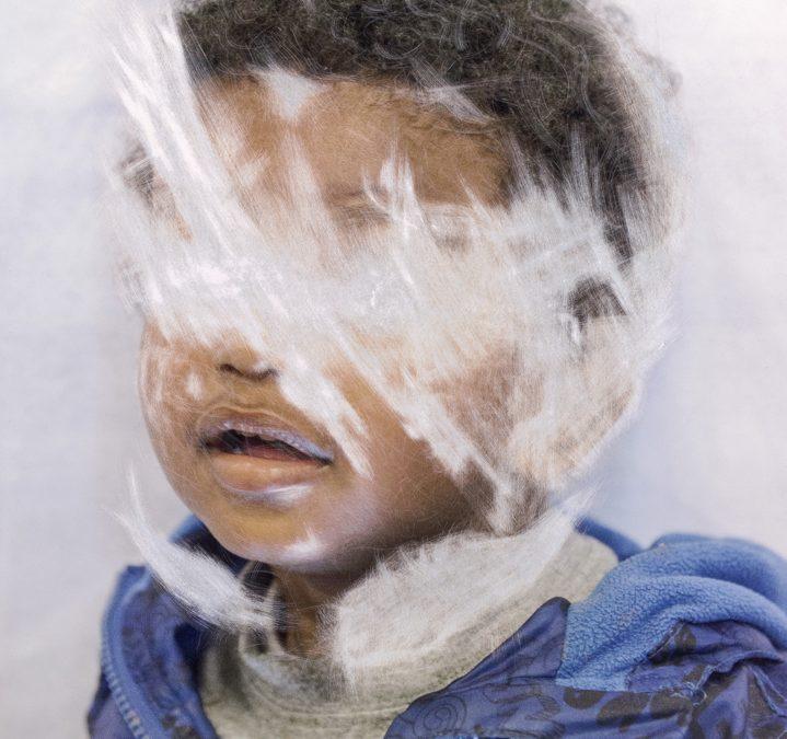 """Lingering GhostsLe """"ombre sospese"""" negli occhi dei migranti fotografati da Sam Ivin."""